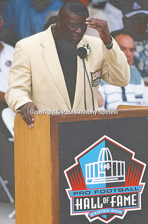 Former New York Giants linebacker Lawrence Taylor speaks at the podium during his NFL Pro Football Hall of Fame induction speech on Aug. 7, 1999 in Canton, Ohio. (©Paul Anthony Spinelli)