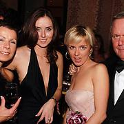 NLD/Amsterdam/20051128 - Uitreiking Beau Monde Awards 2005, Harry Mens met dochter Suze, ex vrouw Suze Zandbergen en Marlous Mens