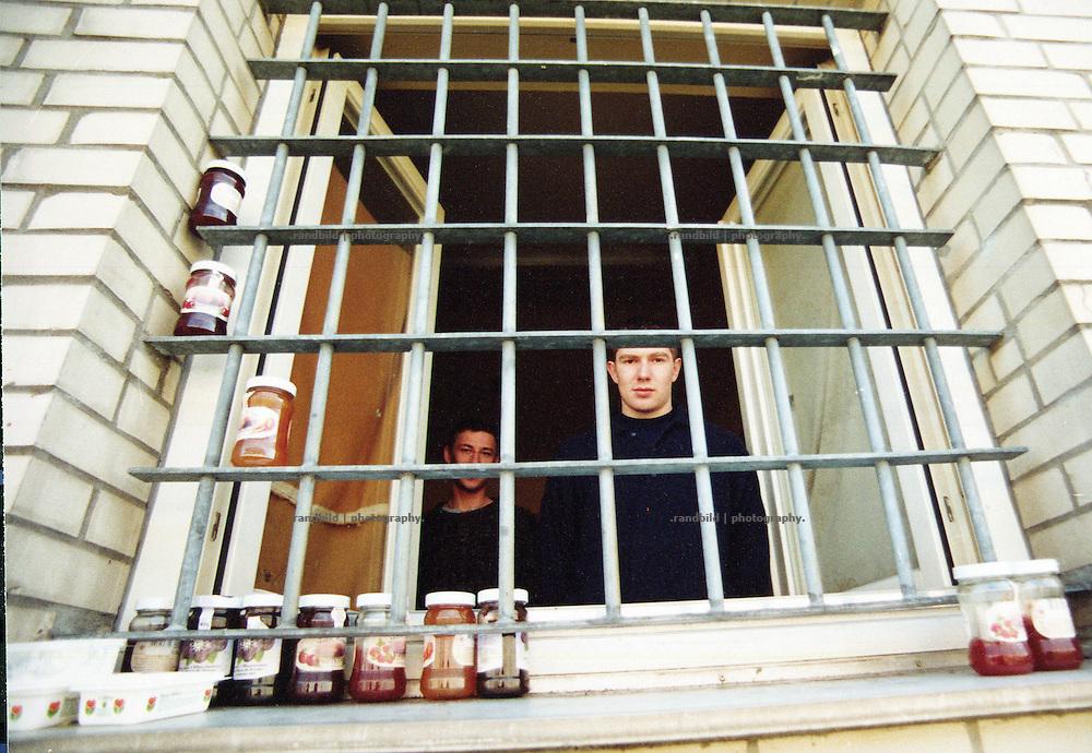 """Gefangene der Justizvollzugsanstalt Celle-Salinenmoor blicken durch die Gitterstäbe, die sie zudem als """"Kühlschrank"""" für ihre Lebensmittel nutzen. Inmates use their cell bars als a fridge in the Prison Celle-Salinenmoor"""