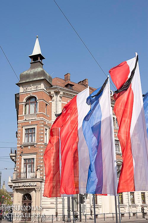 Drapeaux polonais en berne flottant sur la place Kolejowy à Cracovie