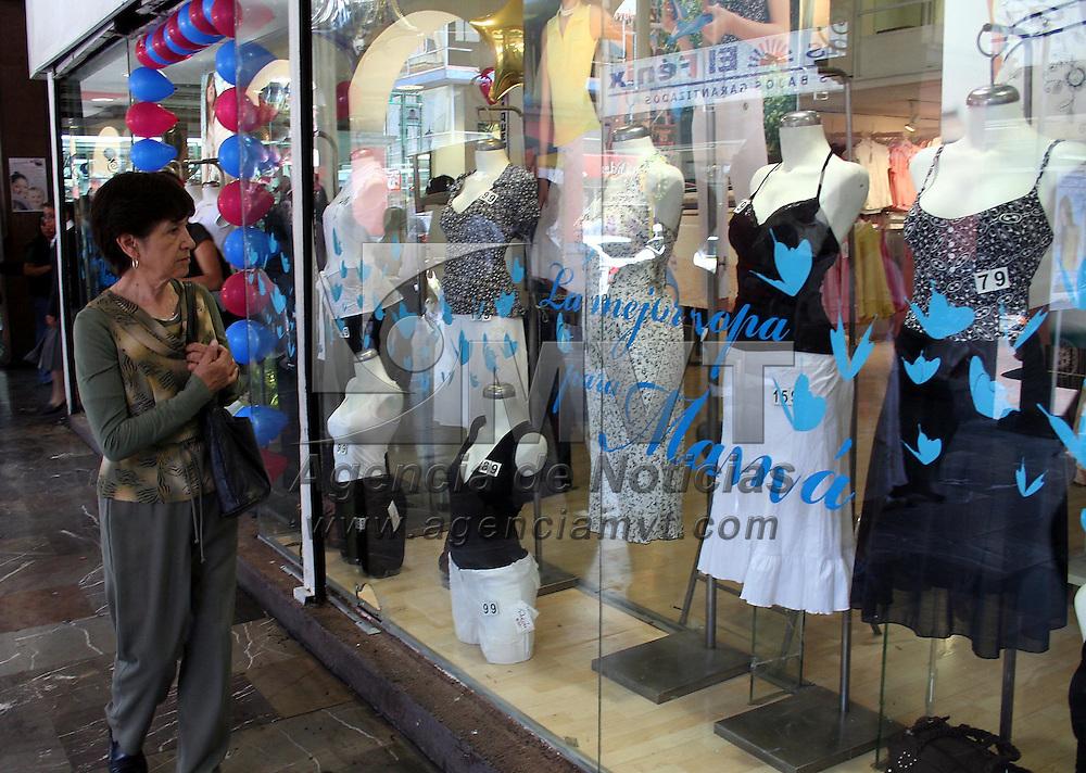 Toluca, Mex.- Aspectos de locales de regalos y ropa en visperas de la celebracion del Dia de las Madres, este proximo 10 de Mayo. Agencia MVT / Javier Rodriguez. (DIGITAL)<br /> <br /> NO ARCHIVAR - NO ARCHIVE