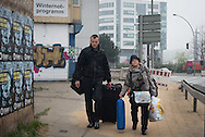 Stefania (59) kommt aus der Ukraine<br />und schläft ab heute auf der Straße.<br />Zum Glück genießt sie durch<br />Alexander (27) einen gewissen SCHUTZ.<br />Die beiden verkaufen Hinz&Kunzt.