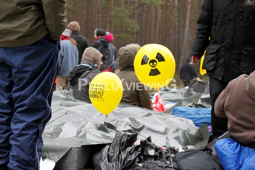 Sitzblockade in Gorleben: In der zweiten Nacht sitzen rund 2000 Demonstranten auf der Stra&szlig;e zum Zwischenlager in Gorleben. Die Po&ouml;izei r&auml;umt die Stra&szlig;e am fr&uuml;hen Morgen. <br /> <br /> Ort: Gorleben<br /> Copyright: Malte D&ouml;rge<br /> Quelle: PubliXviewinG