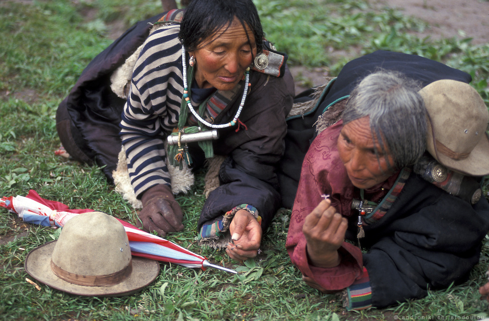 Pilgrims relaxing on the monastery garden. Many pilgrims that come from Tibetan villages spend their nights on the monasteryís yards. .LAMBRANG MONASTERY IN XIAHE - CHINA.copyright: Androniki Christodoulou.