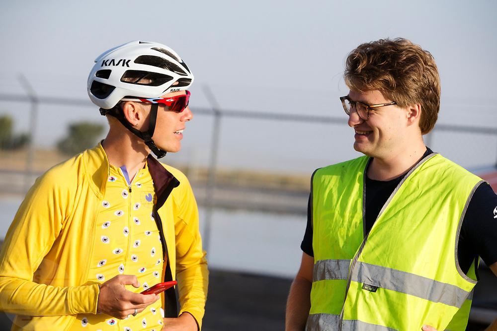 Iris Slappendel praat met de teammanager. In Battle Mountain, Nevada, oefent het team op een weggetje. Het Human Power Team Delft en Amsterdam, dat bestaat uit studenten van de TU Delft en de VU Amsterdam, is in Amerika om tijdens de World Human Powered Speed Challenge in Nevada een poging te doen het wereldrecord snelfietsen voor vrouwen te verbreken met de VeloX 7, een gestroomlijnde ligfiets. Het record is met 121,44 km/h sinds 2009 in handen van de Francaise Barbara Buatois. De Canadees Todd Reichert is de snelste man met 144,17 km/h sinds 2016.<br /> <br /> With the VeloX 7, a special recumbent bike, the Human Power Team Delft and Amsterdam, consisting of students of the TU Delft and the VU Amsterdam, wants to set a new woman's world record cycling in September at the World Human Powered Speed Challenge in Nevada. The current speed record is 121,44 km/h, set in 2009 by Barbara Buatois. The fastest man is Todd Reichert with 144,17 km/h.