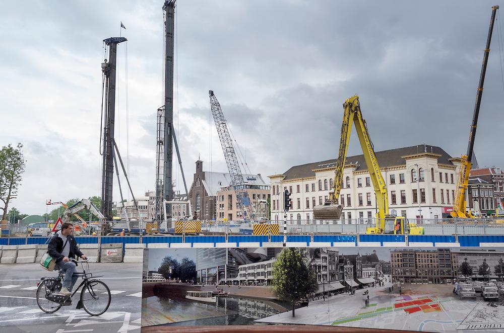 Een fietser rijdt door langs de werkzaamheden in het stationsgebied van Utrecht.<br /> <br /> A cyclist is passing the construction works near the station of Utrecht.