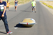 Larry Lem test zijn fiets. In Battle Mountain (Nevada) wordt ieder jaar de World Human Powered Speed Challenge gehouden. Tijdens deze wedstrijd wordt geprobeerd zo hard mogelijk te fietsen op pure menskracht. Het huidige record staat sinds 2015 op naam van de Canadees Todd Reichert die 139,45 km/h reed. De deelnemers bestaan zowel uit teams van universiteiten als uit hobbyisten. Met de gestroomlijnde fietsen willen ze laten zien wat mogelijk is met menskracht. De speciale ligfietsen kunnen gezien worden als de Formule 1 van het fietsen. De kennis die wordt opgedaan wordt ook gebruikt om duurzaam vervoer verder te ontwikkelen.<br /> <br /> Larry Lem test drives his bike. In Battle Mountain (Nevada) each year the World Human Powered Speed ​​Challenge is held. During this race they try to ride on pure manpower as hard as possible. Since 2015 the Canadian Todd Reichert is record holder with a speed of 136,45 km/h. The participants consist of both teams from universities and from hobbyists. With the sleek bikes they want to show what is possible with human power. The special recumbent bicycles can be seen as the Formula 1 of the bicycle. The knowledge gained is also used to develop sustainable transport.