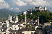 Blick auf Altstadt und Festung Hohensalzburg, das historische Zentrum der Stadt Salzburg, UNESCO Welterbestätte, Österreich | Overlooking the old town and Hohensalzburg Fortress, the historic center of the city of Salzburg, a UNESCO World Heritage Site, Austria
