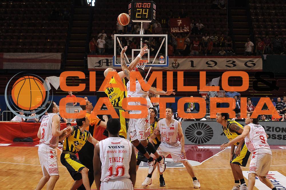 DESCRIZIONE : Milano Lega A 2009-10 Playoff Quarti di Finale Gara 2 Armani Jeans Milano Sigma Coatings Montegranaro<br /> GIOCATORE : Mike Hall<br /> SQUADRA : Armani Jeans Milano<br /> EVENTO : Campionato Lega A 2009-2010 <br /> GARA : Armani Jeans Milano Sigma Coatings Montegranaro<br /> DATA : 22/05/2010<br /> CATEGORIA : palla a due<br /> SPORT : Pallacanestro <br /> AUTORE : Agenzia Ciamillo-Castoria/A.Dealberto<br /> Galleria : Lega Basket A 2009-2010 <br /> Fotonotizia : Milano Lega A 2009-10 Playoff Quarti di Finale Gara 2 Armani Jeans Milano Sigma Coatings Montegranaro<br /> Predefinita :