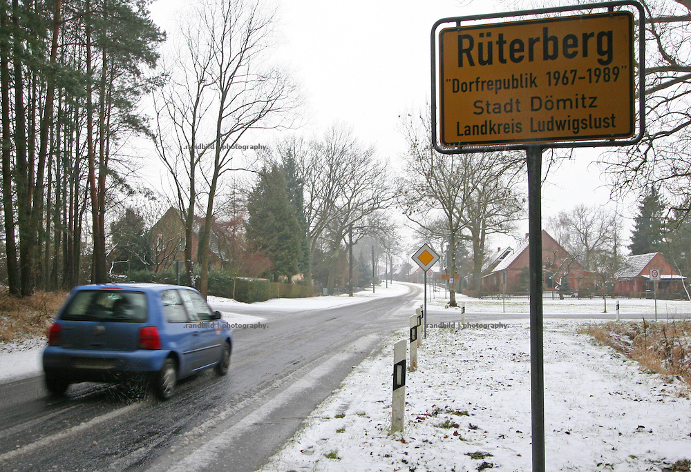 """Während der DDR-Zeit war der Grenzort Rüterberg komplett eingezäunt. Nur mit Sondergenehmigungen durfte der Ort betreten werden. Als Republik in der Republik etablierte sich der Name """"Dorfrepublik"""" als bezeichnung für Rüterberg. Das Ortschild weißt heute auf die Umstände der Geschichte hin. Aufgrund dieser Abschottung etablierte sich die Bezeichnung """"Dorfrepblik"""" für den kleinen Ort bei Dömitz (Mecklemburg-Vorpommern)."""