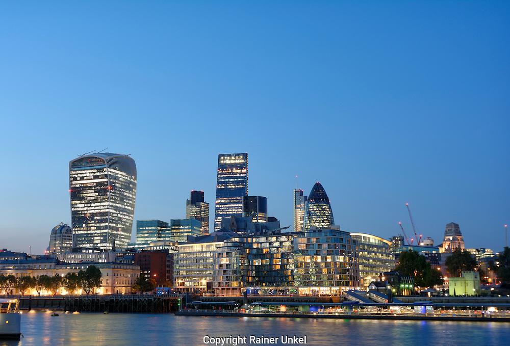 GBR , GROSSBRITANNIEN / ENGLAND / VEREINIGTES KOENIGREICH : Blick auf das Bankenviertel von London , rechts The Gherkin , 09.10.2015<br /> |GBR , GREAT BRITAIN / ENGLAND / UK : View of the financial district of London , at right The Gherkin , 09.10.2015|<br /> Copyright by : Rainer UNKEL , Tel.: 0171/5457756