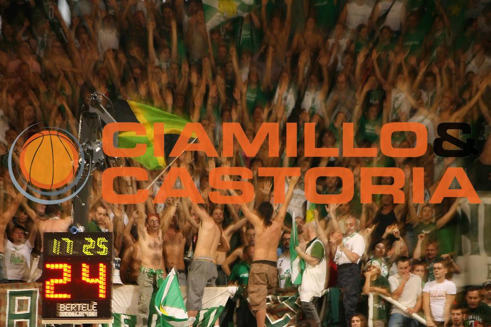 DESCRIZIONE : Siena Lega A1 2006-07 Playoff Finale Gara 3 Montepaschi Siena VidiVici Virtus Bologna <br /> GIOCATORE : Tifo Tifosi Fan Supporter<br /> SQUADRA : Montepaschi Siena <br /> EVENTO : Campionato Lega A1 2006-2007 Playoff Finale Gara 3<br /> GARA : Montepaschi Siena VidiVici Virtus Bologna <br /> DATA : 17/06/2007 <br /> CATEGORIA :<br /> SPORT : Pallacanestro <br /> AUTORE : Agenzia Ciamillo-Castoria/E.Castoria