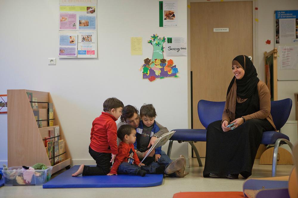Pendant la halte-jeux, les puéricultrices proposent des activités d'éveil, source d'échanges sur l'éducation qui contribuent à la socialisation des enfants autant que des parents. PMI Amédée Laplace, Créteil, 24 janvier 2013.