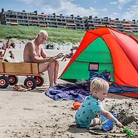 Nederland, Egmond aan zee, 20 juli 2016<br /> Zomerse taferelen op het strand van Egmond aan Zee.<br /> <br /> Summer on the beach in Egmond aan Zee. <br /> <br /> Foto: Jean-Pierre Jans
