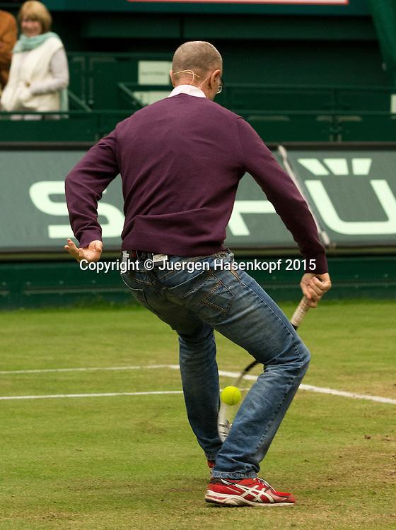 Matthias Stach TV Kommentator spielt einen Tweener  auf dem Platz und kommentiert,kurios,<br /> <br /> <br /> Tennis - Gerry Weber Open - ATP 500 -  Gerry Weber Stadion - Halle / Westf. - Nordrhein Westfalen - Germany  - 19 June 2015. <br /> &copy; Juergen Hasenkopf