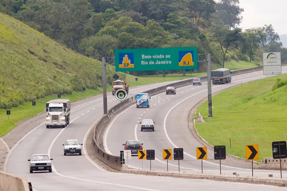 Queluz, SP, Brasil. 28/mar/2005.Rodovia Presidente Dutra. Divisa dos estados do RJ e SP. / Sao Paulo-Rio de Janeiro State Borders.Foto Marcos Issa/Argosfoto