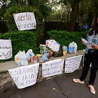 Toluca, México (Junio 21, 2016).- Integrantes de la Asamblea General Universitaria UAEMEX realizaron una colecta de víveresenfrente de la Biblioteca Central de Ciudad Universitaria, para maestros de Oaxaca, y en los siguientes días realizaran movilizaciones y volanteo en apoyo al magisterio.  Agencia MVT / Crisanta Espinosa