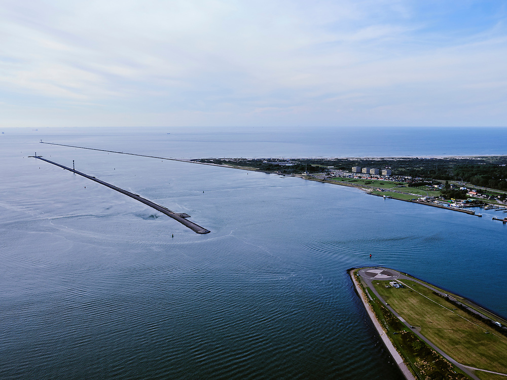 Nederland, Zuid-Holland, Rotterdam, 14-09-2019; Ingang Nieuwe Waterweg met zicht op de Noordzee. Rechts Hoek van Holland, Landtong De Punt, Rozenburg in de voorgrond.<br /> Entrance Nieuwe Waterweg with a view of the North Sea. <br /> <br /> luchtfoto (toeslag op standard tarieven);<br /> aerial photo (additional fee required);<br /> copyright foto/photo Siebe Swart