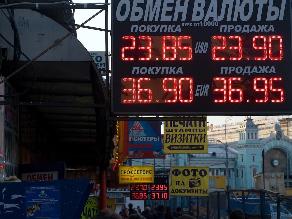 Wechselstuben und Geschäfte am Weißrussischen Bahnhof (Belorusski woksal) im Moskauer Twerskaja-Jamskaja-Viertel.<br /> <br /> Exchange offices and shops close to the  Belorussky Rail Terminal (Belorusski voksal) at Moscows Twerskaja-Jamskaja-quater.