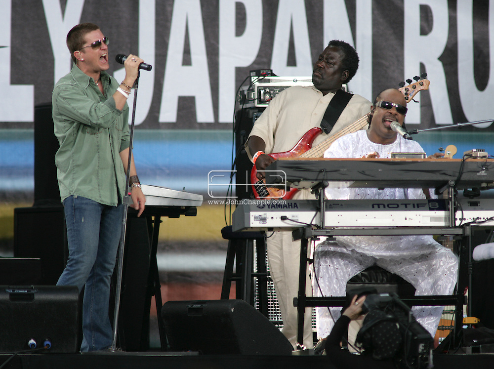 2nd July 2005, Philadelphia, PA. The USA Live 8 concert held in the city of Philadelphia. Pictured onstage is Stevie Wonder with Rob Thomas.  PHOTO © JOHN CHAPPLE IN THE BIG APPLE. Tel (001) 212 397 7287.www.chapple.biz