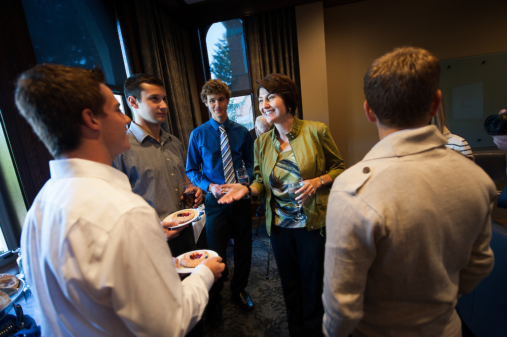 Cathy McMoris Rogers meets and talks with  a group of students in the President's Conference room.<br />