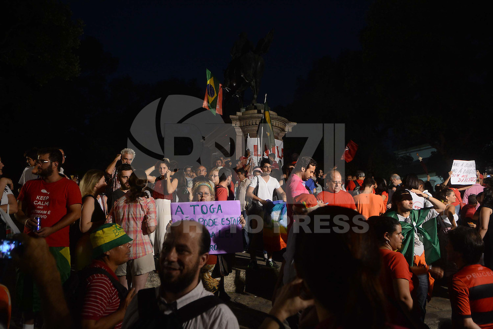 RIO DE JANEIRO, RJ, 19.03.2016 - PROTESTO-RJ - Manifestantes realizam ato em apoio ao ex presidente Luis Inacio Lula da Silva e a atual presidente Dilma Rousseff na praça Quinze no centro da cidade do Rio de Janeiro nesta sexta-feira, 18. (Foto: Jorge Hely/Brazil Photo Press)