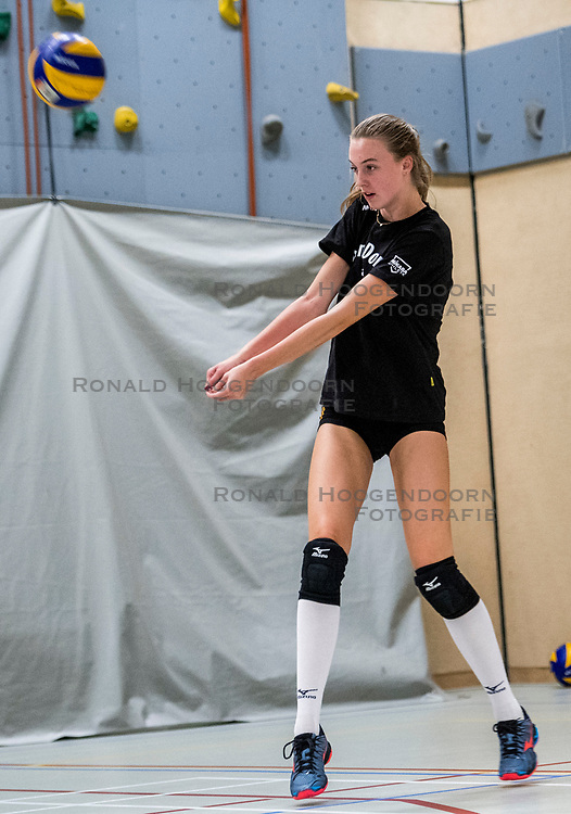 10-09-2018 NED: Training PDK Huizen season 2018-2019, Huizen<br /> Training for the players of Top Division club vv Huizen women season 2018-2019 / Famke Boonstra #9 of PDK Huizen