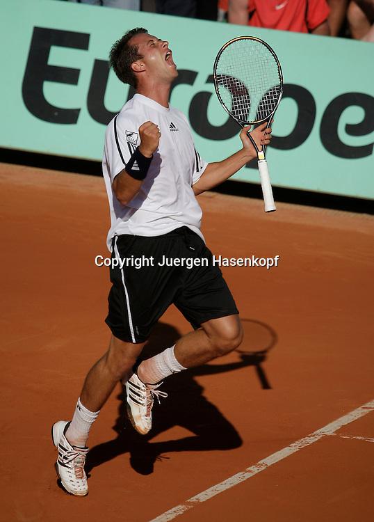 French Open 2009, Roland Garros, Paris, Frankreich,Sport, Tennis, ITF Grand Slam Tournament, .Philipp Kohlschreiber (GER)springt in die Luft, macht die Faust und jubelt,Jubel,Emotion..Foto: Juergen Hasenkopf..