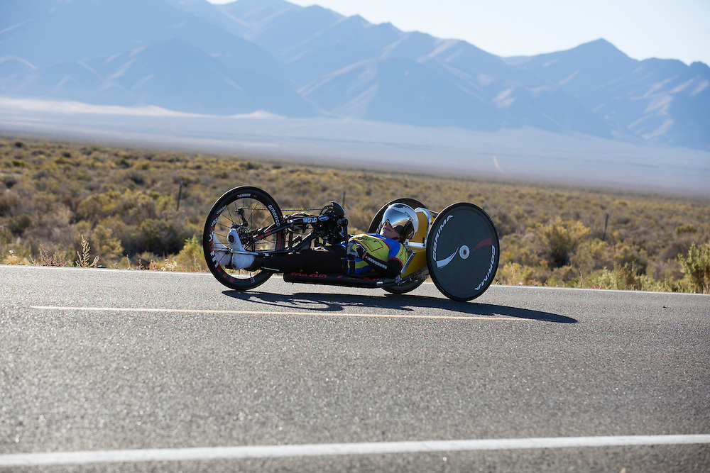 Liz McTernan met de handbike Red Lighting. In Battle Mountain (Nevada) wordt ieder jaar de World Human Powered Speed Challenge gehouden. Tijdens deze wedstrijd wordt geprobeerd zo hard mogelijk te fietsen op pure menskracht. Ze halen snelheden tot 133 km/h. De deelnemers bestaan zowel uit teams van universiteiten als uit hobbyisten. Met de gestroomlijnde fietsen willen ze laten zien wat mogelijk is met menskracht. De speciale ligfietsen kunnen gezien worden als de Formule 1 van het fietsen. De kennis die wordt opgedaan wordt ook gebruikt om duurzaam vervoer verder te ontwikkelen.<br /> <br /> Liz McTernan with the handbike Red Lighting. In Battle Mountain (Nevada) each year the World Human Powered Speed ​​Challenge is held. During this race they try to ride on pure manpower as hard as possible. Speeds up to 133 km/h are reached. The participants consist of both teams from universities and from hobbyists. With the sleek bikes they want to show what is possible with human power. The special recumbent bicycles can be seen as the Formula 1 of the bicycle. The knowledge gained is also used to develop sustainable transport.