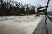 @Licensed to London News Pictures . 15/01/2015. High water levels at the Teston sluice gates on the River Medway near Maidstone in Kent.The River Medway between Yalding and Maidstone, including Wateringbury, West Farleigh, Teston and East Farleigh has received a flood warning following heavy rains last night and forecast again tonight (15/01/14). Photo credit: Manu Palomeque/LNP