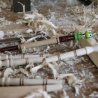 Santa María Rayón, Mex.- Román José Mendoza Campos, artesano de la madera, elabora plumas con distintas formas de animales y personajes de caricaturas, las cuales decora con semillas de melón, palillos y lacas. Agencia MVT / Arturo Rosales. (DIGITAL)<br /> <br /> <br /> <br /> NO ARCHIVAR - NO ARCHIVE