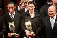 Die World Player des Jahres Ronaldinho (BRA) mit Birgit Prinz (GER) und Josef Blatter. © Valeriano Di Domenico/EQ Images