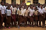 Des élèves jouent au frisbee dans la cour d'école du village de Guma au Mozambique. 2008.