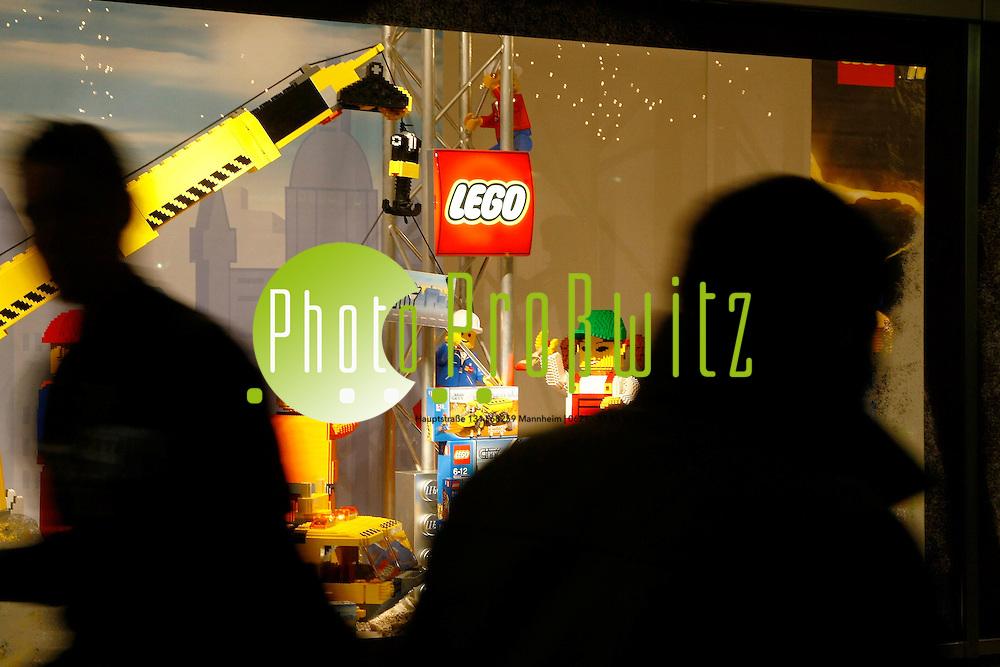 Mannheim. Innenstadt. Weihnachten auf den Planeken. Zur Vorweihnachtszeit im Advent leuchten, blitzen und Strahelen die Schaufenster und die festlich schimmernde Beleuchtung bringt wohlige Einkaufsstimmung in die Innenstadt.<br /> - Kaufhof Schufensterdekoration LEGO<br /> <br /> Bild: Markus Proflwitz / masterpress /  <br /> <br /> ++++ Archivbilder und weitere Motive finden Sie auch in unserem OnlineArchiv. www.masterpress.org oder &cedil;ber das Metropolregion Rhein-Neckar Bildportal   ++++ *** Local Caption *** masterpress Mannheim - Pressefotoagentur<br /> Markus Proflwitz<br /> C8, 12-13<br /> 68159 MANNHEIM<br /> +49 621 33 93 93 60<br /> info@masterpress.org<br /> Dresdner Bank<br /> BLZ 67080050 / KTO 0650687000<br /> DE221362249
