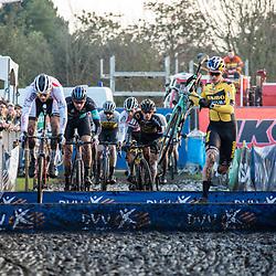 2019-12-27 Cycling: dvv verzekeringen trofee: Loenhout: Bulk action at the planks