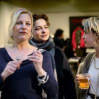 Nederland, Amsterdam , 6 maart 2010..Schrijfsters Eva Posthuma de Boer (l) en Sophie van der Stap tijdens de signeersessies in de Bijenkorf voorafgaande aan de Boekenweek 2010..Foto:Jean-Pierre Jans