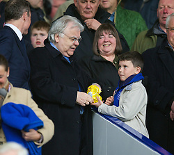 15.03.2014, Goodison Park, Liverpool, ENG, Premier League, FC Everton vs Cardiff City, 30. Runde, im Bild Everton's chairman and owner Bill Kenwright takes, sweet off, young supporter before inviting him to sit at the front of the Director's Box // during the English Premier League 30th round match between Everton FC and Cardiff City at the Goodison Park in Liverpool, Great Britain on 2014/03/15. EXPA Pictures © 2014, PhotoCredit: EXPA/ Propagandaphoto/ David Rawcliffe<br /> <br /> *****ATTENTION - OUT of ENG, GBR*****