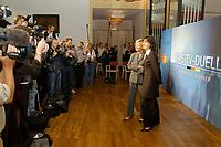 07 AUG 2002, BERLIN/GERMANY:<br /> Sabine Christiansen (blond), ARD TV Moderatorin, und Maybritt Illner (bruenett), ZDF TV Moderatorin, waehrend einem Fototermin zu einer Pressekonferenz von ARD und ZDF zu den bevorstehenden TV Duellen zwischen Kanzler und Unions-Kanzlerkandidat, Museum fuer Kommunikation<br /> IMAGE: 20020807-01-010<br /> KEYWORDS: Fernsehduell, Duell, Wahlkampf, Polit-Talk, Fotograf, Fotografen, Fotojournalisten,