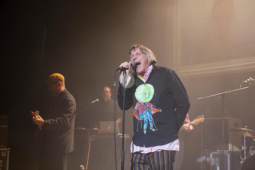 """Peter Hein, Saenger der Gruppe Fehlfarben, bei einem Konzert in der Berliner Volksbuehne am 23. Juni 2017. Im Hintergrund Thomas Schwebel (links, Gitarre) und Kurt """"Pyrolator"""" Dahlke."""