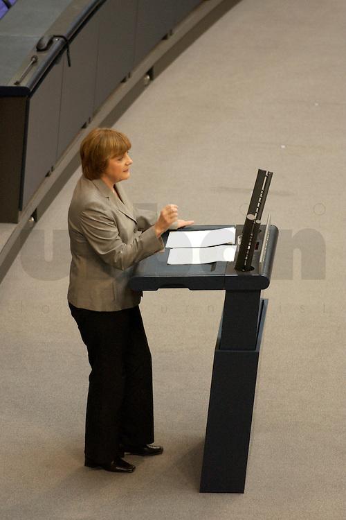 02 JUL 2004, BERLIN/GERMANY:<br /> Angela Merkel, CDU bundesvorsitzende, waehrend ihrer Rede, Bundestagsdebatte, Regierungserklaerung zur Europaeischen Verfassung, Plenum, Deutscher Bundestag<br /> IMAGE: 20040702-01-026<br /> KEYWORDS: Sitzung, speech