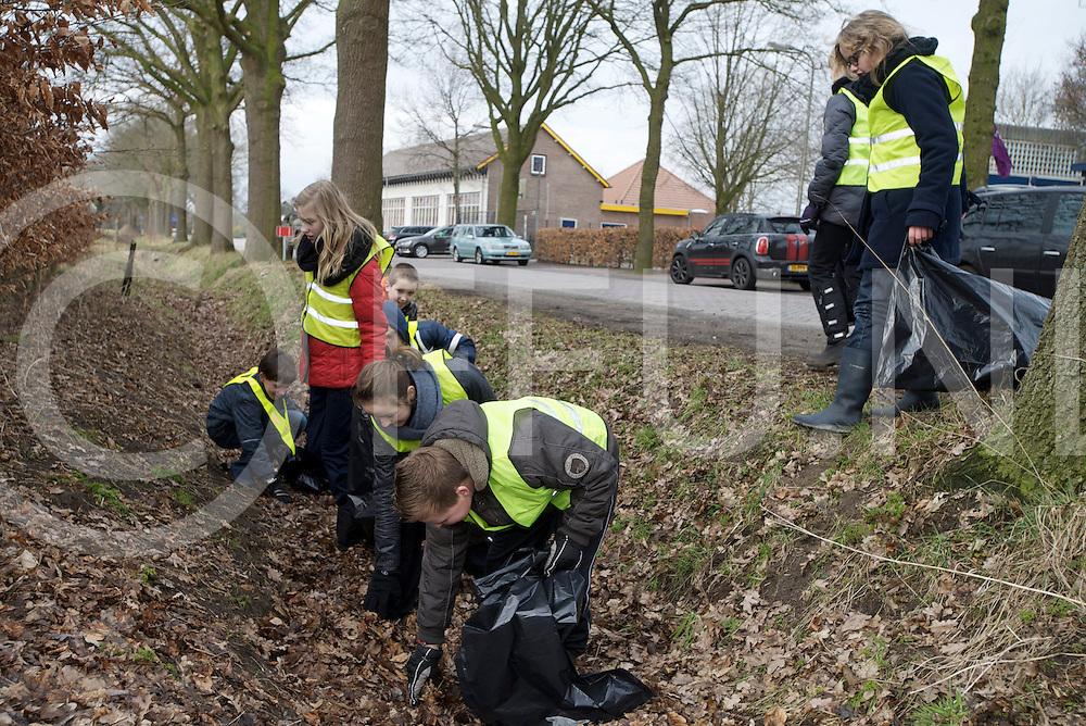 ANE - Zwerfvuil opruimen.Foto: Jeud ruimt de sloot kant op in de buurt van de sloot..FFU PRESS AGENCY COPYRIGHT FRANK UIJLENBROEK.
