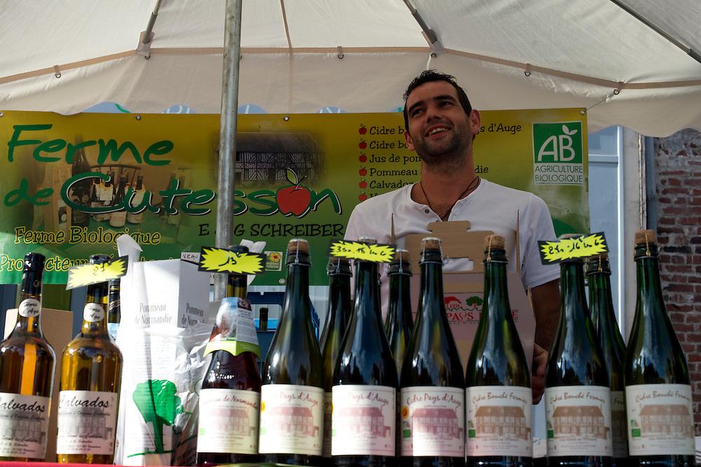 Les producteurs vendent des produits r&eacute;gionaux &agrave; la foire aux fromages &agrave; Livarot.<br /> Livarot, France. 04/08/2013.