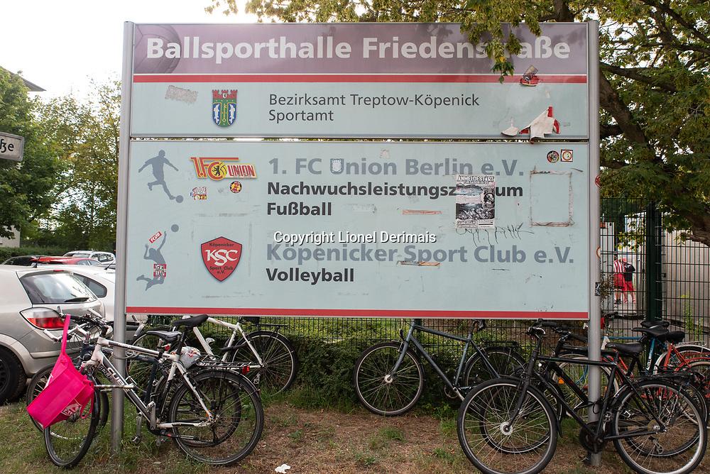 Die Union Berlin spielte heute zum ersten Mal in der Bundesliga und ihre Fans waren sehr zahlreich. Das erste Spiel war gegen RB Leipzig - Endstand 0: 4 für Leipzig. / Today was the first time ever that Union Berlin played in the Bundesliga and their supporters turned out in great numbers. The first game was against RB Leipzig - final result 0-4 for Leipzig.