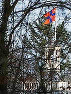 LAGE VUURSCHE- De onderscheidingvlag van prinses Beatrix is donderdag in top op kasteel Drakensteyn. Dit duidt er op dat de prinses aanwezig is. De prinses zou binnenkort haar intrek nemen in het kasteel. COPYRIGHT ROBIN UTRECHT
