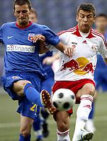 Fotball<br /> Romania<br /> Steaua Bucuresti <br /> 04.08.2008<br /> Foto: Gepa/Digitalsport<br /> NORWAY ONLY<br /> <br /> Red Bull Salzbug vs Steaua Bukarest<br /> <br /> Florin Lovin (Steaua) und Milan Dudic (RBS)
