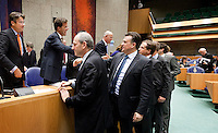Nederland. Den Haag, 27 oktober 2010.<br /> De Tweede Kamer debatteert over de regeringsverklaring van het kabinet Rutte.<br /> Felicitaties na afloop, Cohen, Roemer, Pechtold,  feliciteren de bewindslieden in vak K.<br /> Kabinet Rutte, regeringsverklaring, tweede kamer, politiek, democratie. regeerakkoord, gedoogsteun, minderheidskabinet, eerste kabinet Rutte, Rutte1, Rutte I, debat, parlement<br /> Foto Martijn Beekman