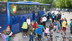 21.05.2010, Dolomitenstadion, Lienz, AUT, WM Vorbereitung, Kamerun Training im Bild viel Autogrammjäger finden sich vor dem Mannschaftsbus der Kameruner ein, EXPA Pictures © 2010, PhotoCredit: EXPA/ J. Feichter / SPORTIDA PHOTO AGENCY