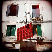 Italie, Venise, Murano..Etendage d'une couverture sur l'île de Murano..© Jean-Patrick Di Silvestro