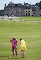 ST. ANDREWS -Schotland-GOLF. Weekend op de golfbanen van St. Andrews. Putten op zaterdag op de green van Ladies Putting Club. Iedereen maakt hier gebruik van. oa babies, honden. hoge hakken. COPYRIGHT KOEN SUYK