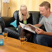 NLD/Huizen/20060905 - Man en vrouw zittend op de bank